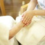 手と手が触れ合う施術の様子
